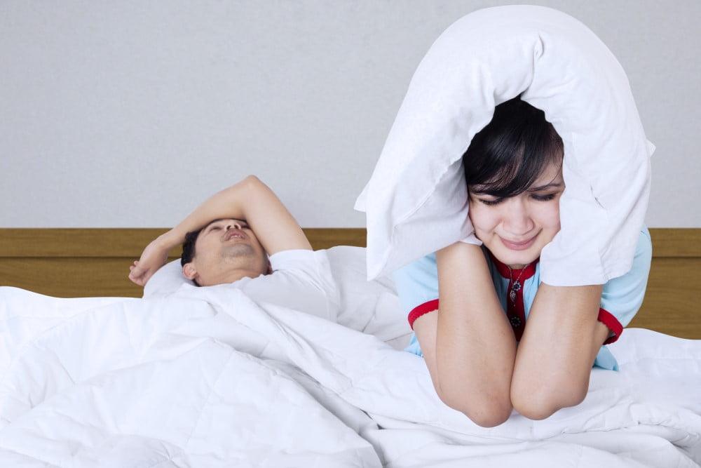 Ung pige der ikke kan sove fordi kæresten snorker