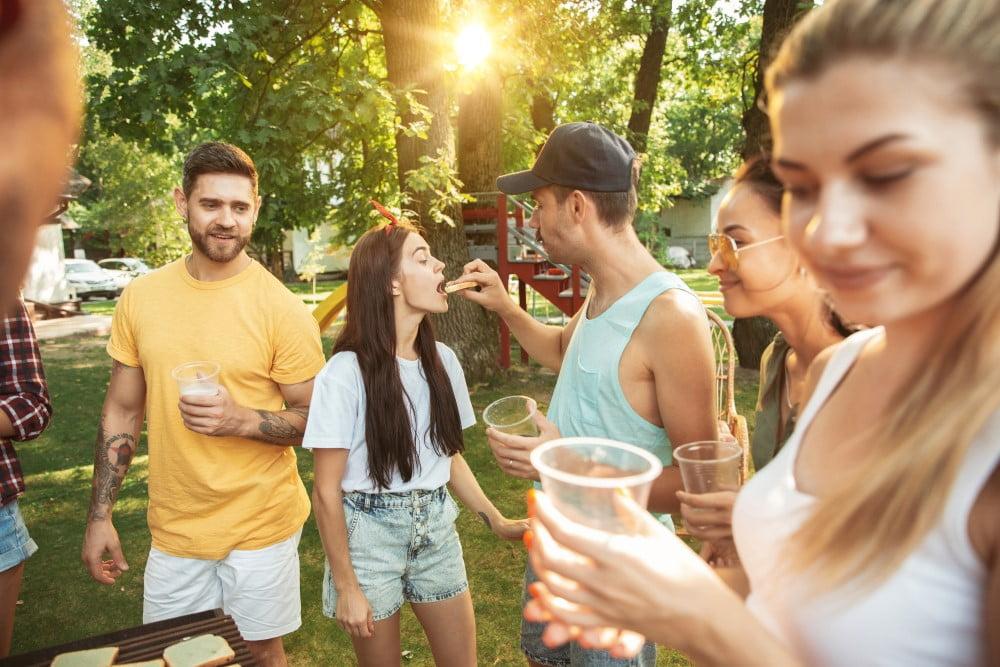 Glade unge mennesker der hygger